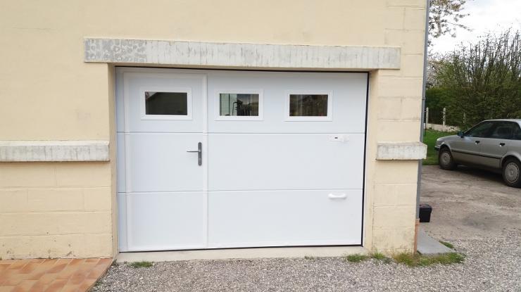 pose d'une porte de garage isolée avec portillon