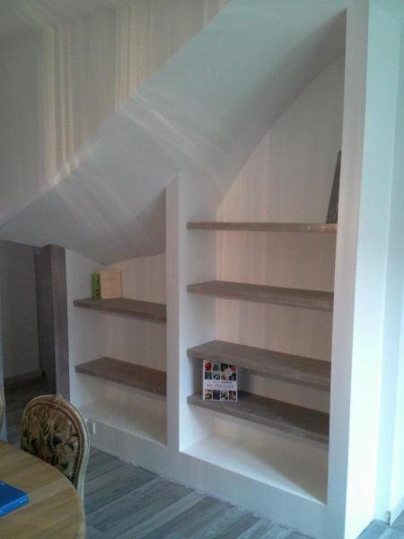 étageres bois vieilli gris, murs ciporex enduit