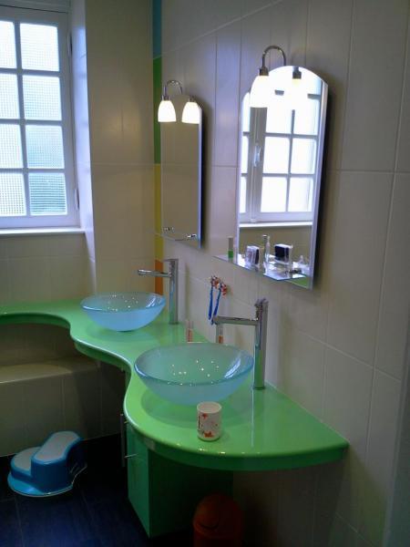 pose des vasques sur le plan en résine